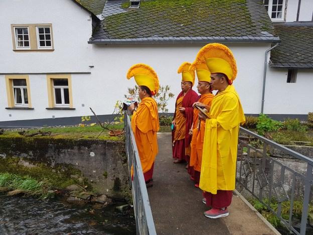 Die Mönche in Grenzau, der Sand des Mandala wird dem Bach übergeben