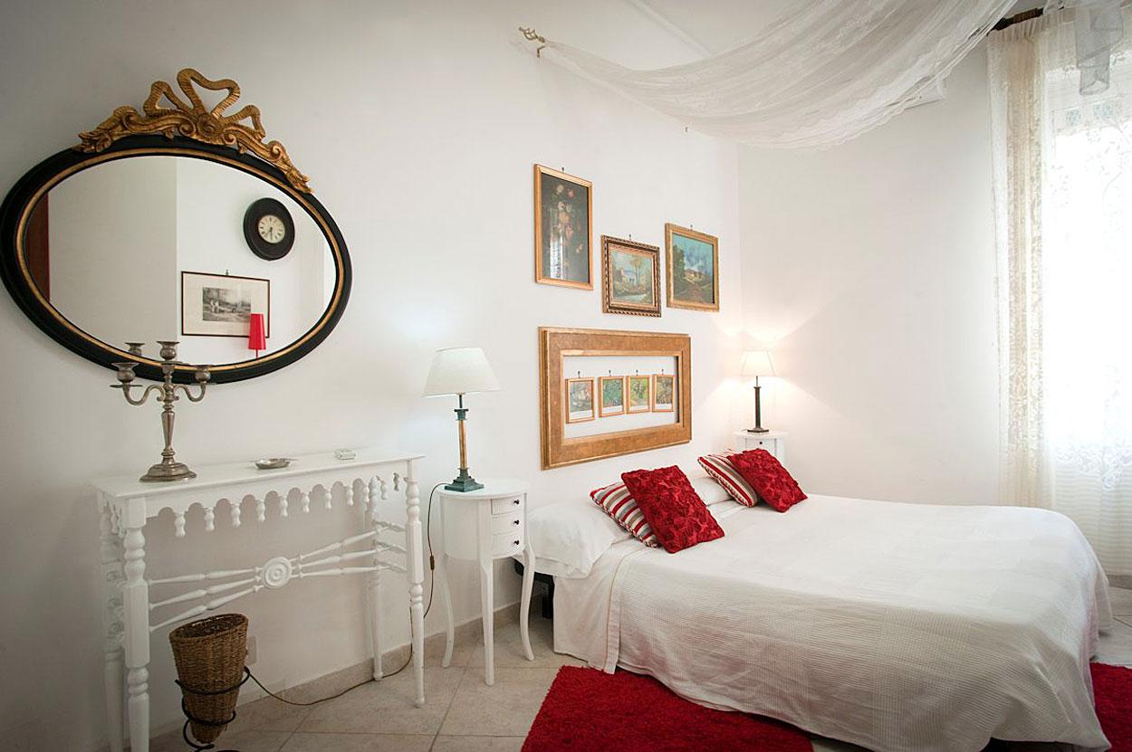Una camera dell'Hotel Europeo, Via Mezzocannone (centro storico di Napoli)