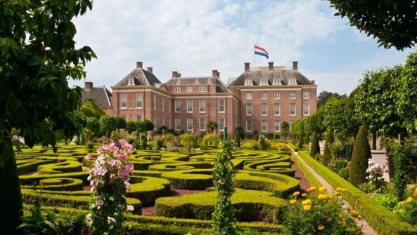 B&B Apeldoorn: Een afbeelding van paleis het loo en haar tuinen in Apeldoorn