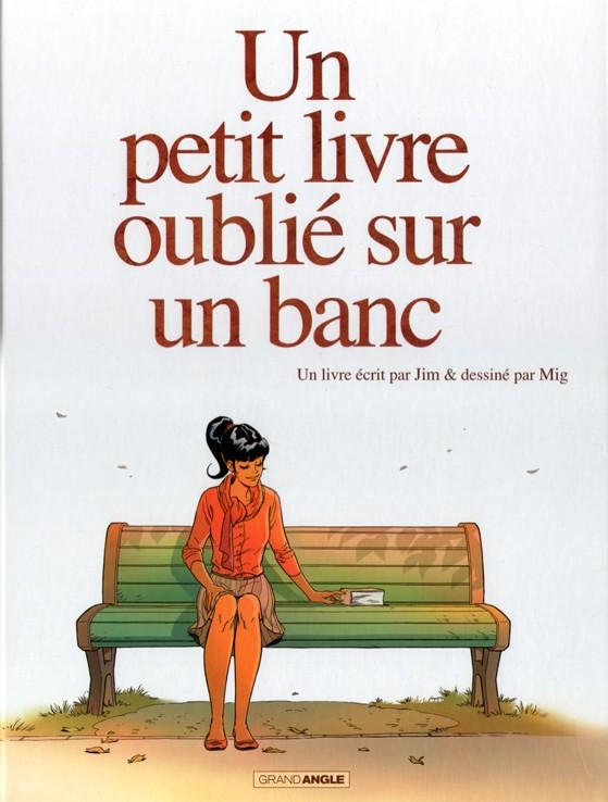 femme assise sur un banc avec un livre