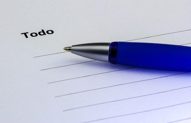 Noter ses tâches à faire chaque matin sur une liste format papier apporte beaucoup et nous aide énormément à se rappeler dans la journée des tâches que nous devons accomplir. Celle-ci est donc indispensable pour être organisé au quotidien.
