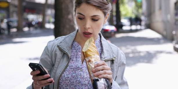 Manger debout, en marchant n'a rien de bénéfique pour votre santé. Au contraire, cela à de nombreux effets indésirables que l'on va voir dans cet article.