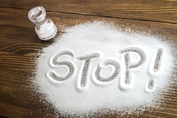 Oubliez l'ajout de sel dans vos plats, cela peut vous surprendre mais ils sont déjà bien assez salé comme ils le sont de base à cause de l'ajout de sel de la part des industries dans le but de rendre le consommateur addict.