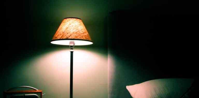 Se trouver durant l'heure qui précède votre coucher dans une pièce à faible luminosité va faire comprendre à votre cerveau que c'est bientôt l'heure de faire dodo! Alors, éteignez les spots du plafond et optez, si il fait déjà nuit dehors, pour des petites lampes.