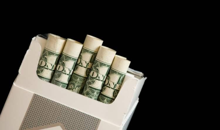 Le fait de fumer coûte aussi beaucoup d'argent sur le long terme. Si l'on arrête donc de fumer, on pourra avec tout l'argent d'économiser s'acheter des voyages et tout autres choses en plus du fait d'être libéré de ce tueur silencieux.