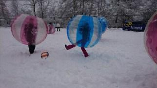 Bubbelvoetbal in de sneeuw