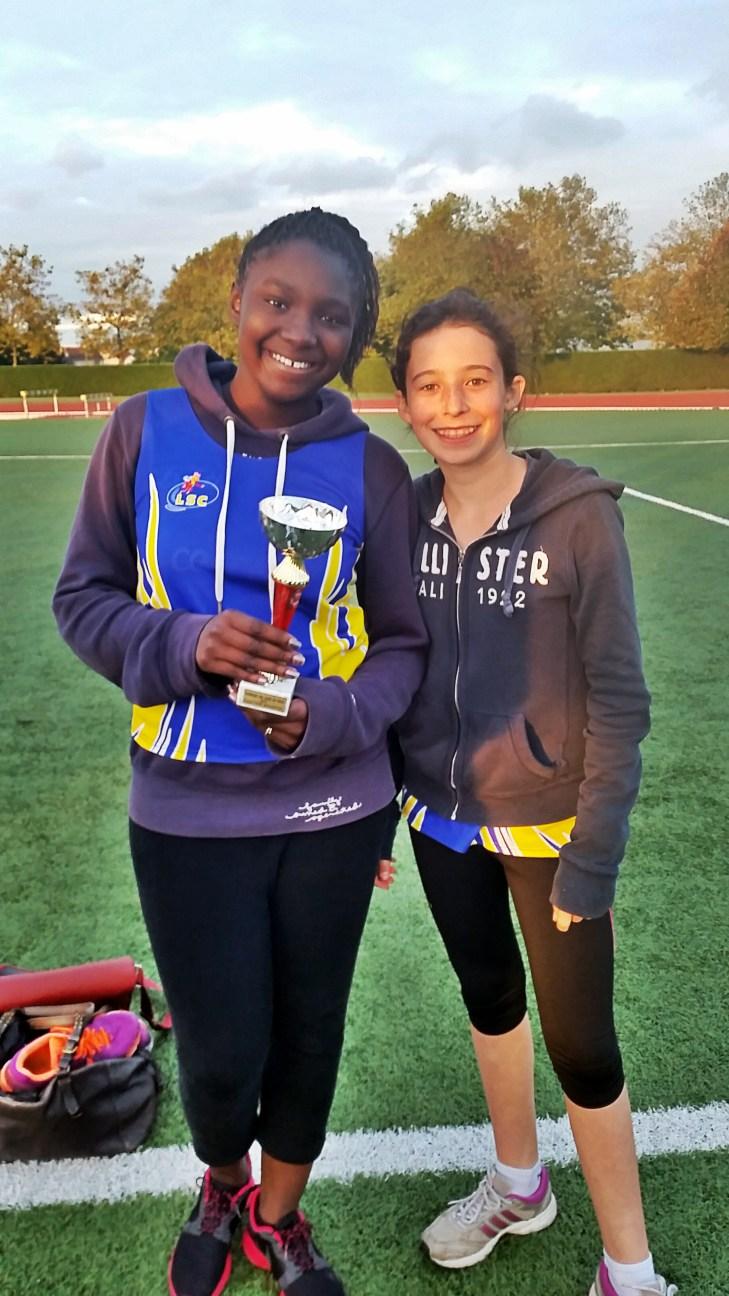 Alix et Sanassa avec le coupe de l'équipe benjamine