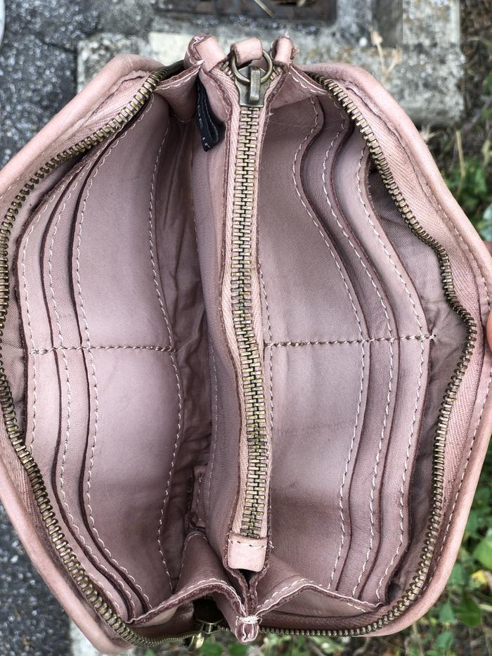 Portafogli in pelle con piccole borchie
