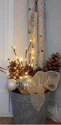 Je vous propose aujourd'hui de voir quelquesinspirations qui démontrent que l'on peut apporter une touche festive tout en gardant une décoration épurée, moderne et chic.