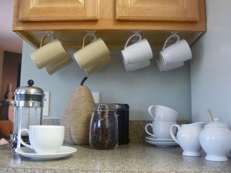 suspendre tasses avec des crochets adhésifs