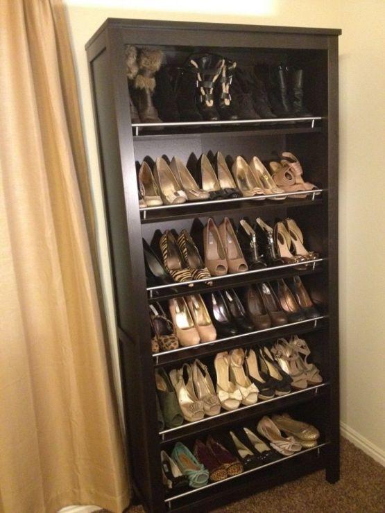 une bibliothèque détournée en rangement chaussures