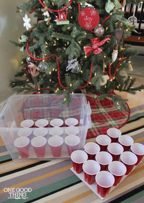 utiliser des gobelets en plastique pour ranger les décorations de noël