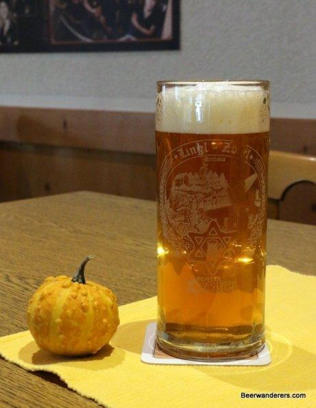 zoigl in mug with pumpkin