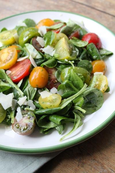Tomaten salade met basilicumdressing