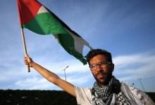 """صورة دعما للقدس.. إسقاط العلم الإسرائيلي ورفع العلم الفلسطيني في """"اللد""""- (فيديو)."""