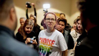 صورة استمرار محاكمة الناشطة السويدية إلين أيرسون التي أوقفت ترحيل مهاجر