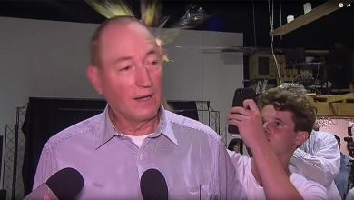 """صورة بعد ضربه بـ""""البيضة"""".. انتقادات لسيناتور أسترالي حمل المسلمين مسؤولية """"مجزرة المسجدين"""""""