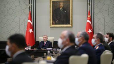 صورة أردوغان ينحني أمام عاصفة نزيف الليرة التركية ويقبل رفع أسعار الفائدة بعدما خاض معركة خفضها