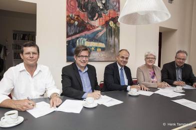 V.l.n.r. op de foto Theo Aalbers (Stichting de Zijlen), Wethouder Roeland van der Schaaf, Auke de Vries (Woningcorporatie Patrimonium), Margriet Hommes en Peter Drenth (Zorggroep Groningen).