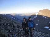 Två kamrater på väg tillbaka till tältet
