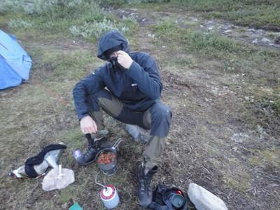 Jens och myggen lagar välförtjänt mat, halv 1 på natten.