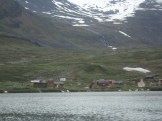 En samsby passeras under båtfärden