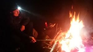 En pojk och en eld.