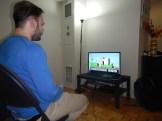 Glad pojke spelar Nintendo