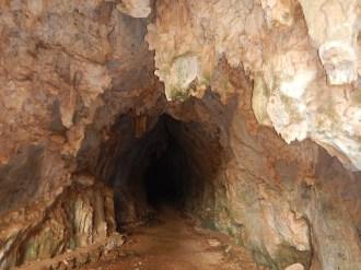 Vi tar oss rakt genom grottan!