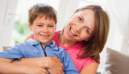Madre e hijos felices