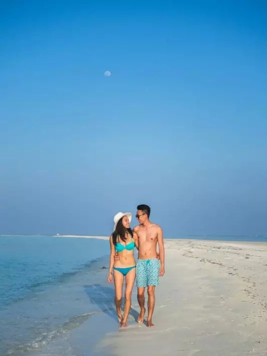 COMO-Cocoa-Island-couple-walk-beach maldives