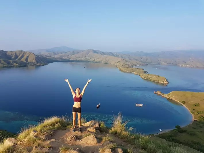 gili-lawa-hike-viewpoint-girl-abs labuan bajo indonesia flores