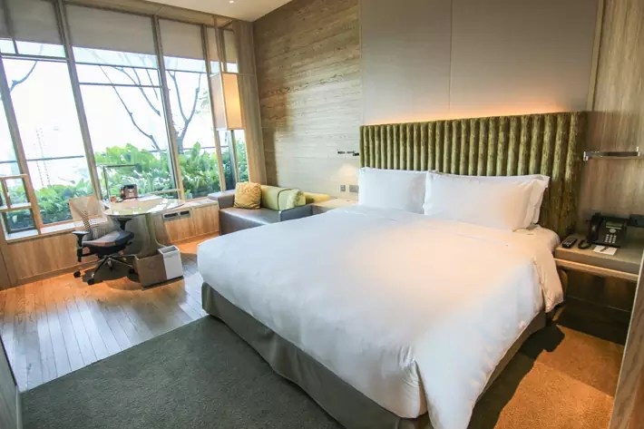 PARKROYAL on Pickering Orchid-Club-Deluxe-Room-interior-bed
