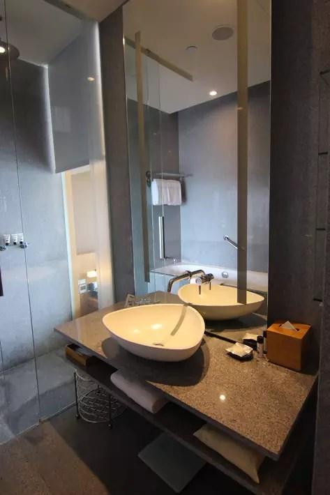 Oasia-Hotel-Novena-Club-Room-bathroom