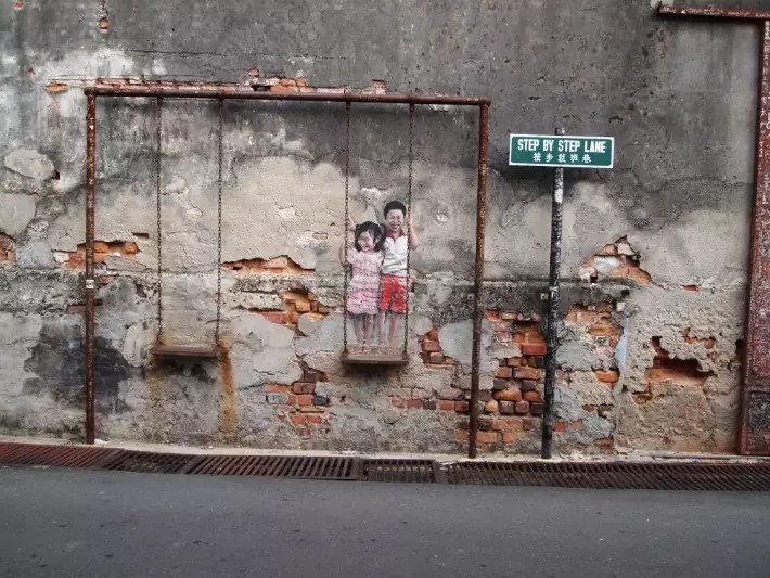 penang street art, brother and sister on swing - swingabroad