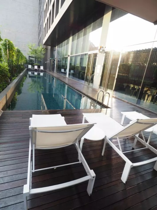outdoor swimming pool deck, yotel singapore hotel review
