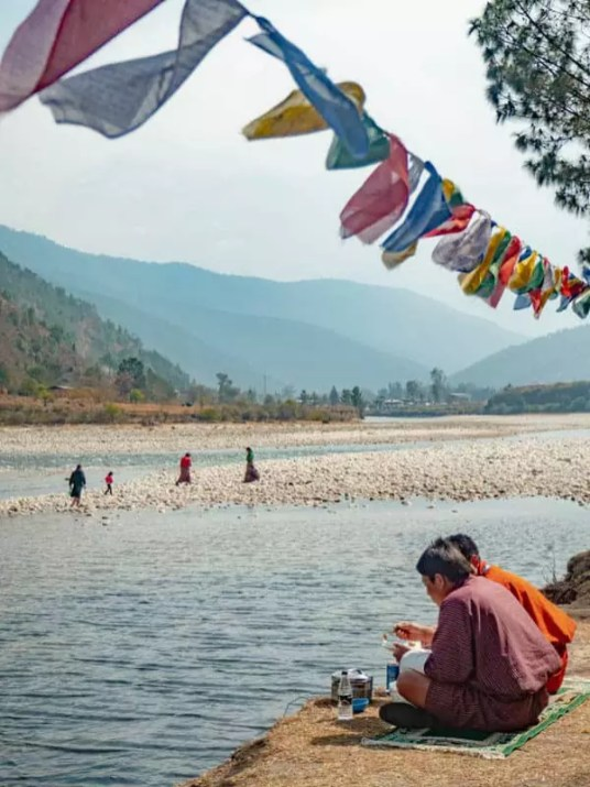 bhutan-local-picnic-river-what-to-eat-in-bhutan