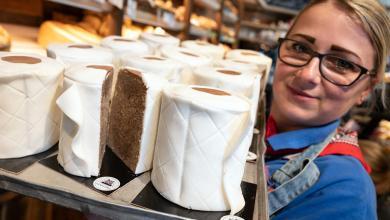 صورة خباز ألماني يبيع كعكات على شكل لفافات ورق تواليت