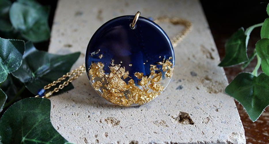 Collana Contemporanea Resina Blu Foglia oro Bella bri. © Copyright Bella bri. Tutti i diritti sono riservati.