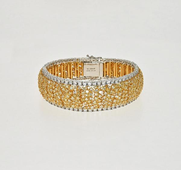 Bracelet with a large amount of diamondsall the way around