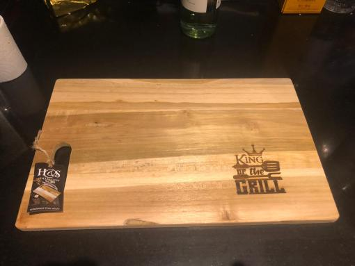 King of the grill - Snijplank Hoe leuk is dit? Een bij passende snijplank voor de King of the Grill! L 35 CM x B 20 CM x D 1,2 CM Deze worden in het hout gebrand