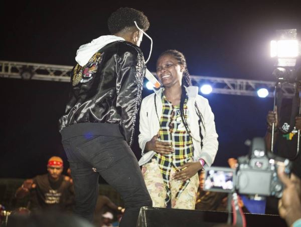 BellaNaija - Korede Bello dazzles fans in Mali | Photos + Video