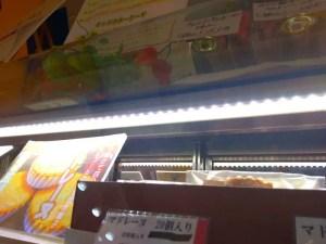 led2019 1 - 焼き菓子ショーケースにLED照明をとりつける