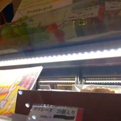 焼き菓子ショーケースにLED照明をとりつける