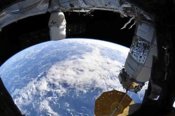 На самом деле она плоская. Астронавтка показала фото Земли ...