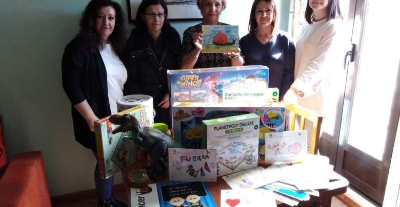 Photo of Unidos Contra el Cáncer entrega a PYFANO las tarjetas y regalos de los niños de Benavente
