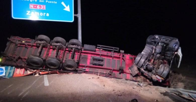 Photo of Un camión volcaba esta noche en la A-52 con dos personas en su interior