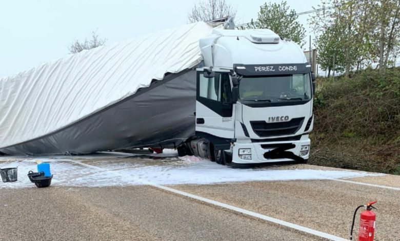 Photo of El impresionante vuelco de un camión en la N-122 provoca el corte de la carretera