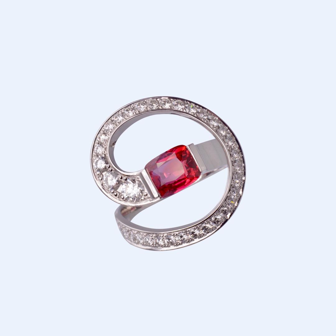 Bague Spire Rubis, Diamants et Or Gris.