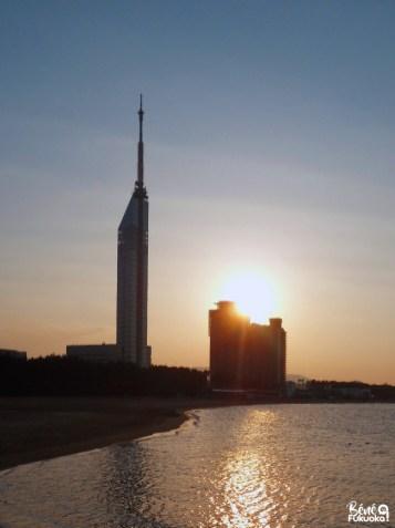 Coucher de soleil sur la tour de Fukuoka, plage de Momochihama, Fukuoka